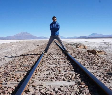 Rail de chemin de fer à côté du désert de sel d'Uyuni. 13