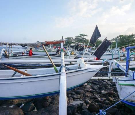 Les bateaux de pêcheurs sur une plage de Bali. 7