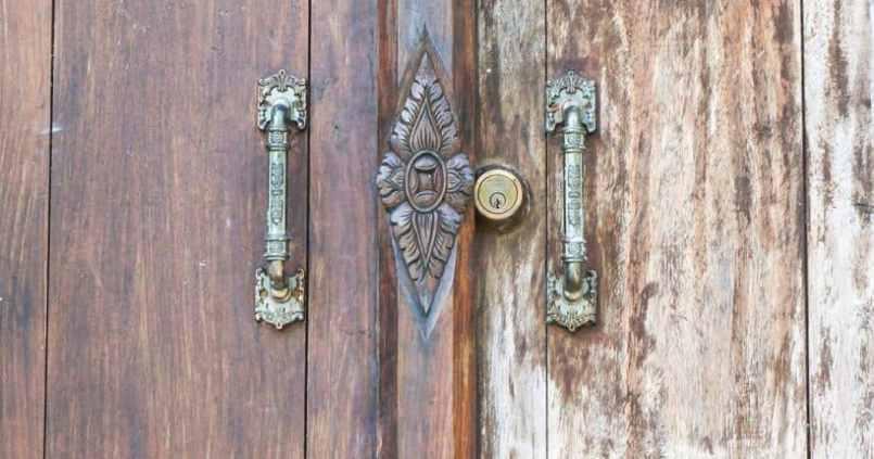 Porte fermée au temple. 1
