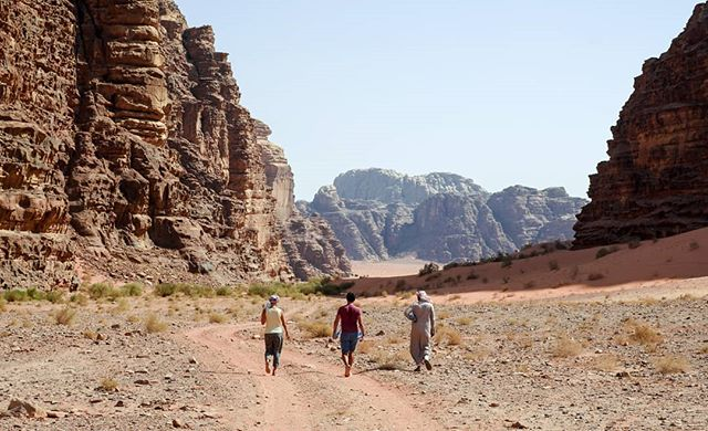 Marcher dans le désert 🎶 #tropchaudcommemaintenant #family #jordanie #jordan #wadirum 1