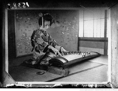 1932 - geisha jouant du koto - Gallica/BNF