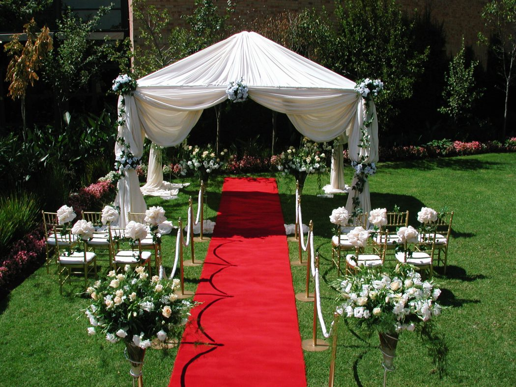How to decorate your outdoor wedding | Pouted Online ... on Lawn Decorating Ideas id=69805