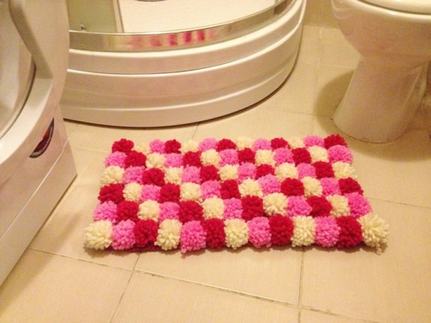 Pom-Pom-bath-rug-675x506 6 Easy DIY Bathroom Rugs
