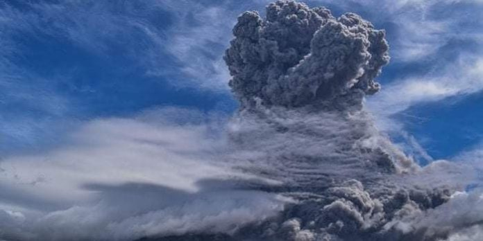 indonesian-volcano-mount-sinabung-erupts-spewing-ash-miles-high