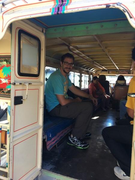 Danko v jeepney. Áno, uznávame, nie je to úplne najpohodlnejší dopravný prostriedok :)