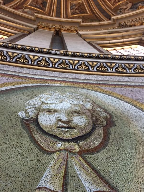 Krásne mozaiky v kupole