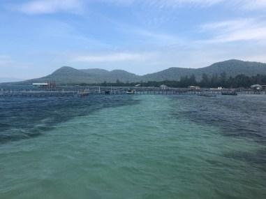 Rybárska dedinka s dlhými mólami na ktorých koncoch nájdete chutné reštaurácie