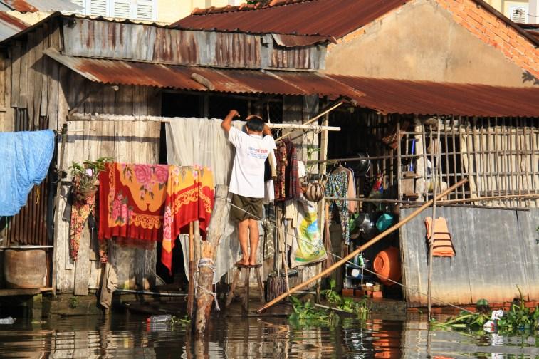 Aj jednoduché vešanie prádala vie byť na Mekongu celkom zložitá vec.