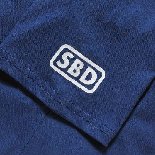 Logo bianco su manica t-shirt blu sbd