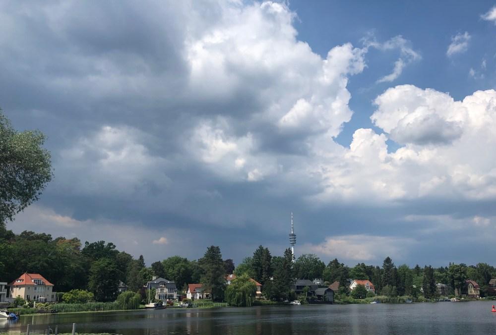 Wohnhäuser am Prinz-Friedrich-Leopold-Kanal von der Havelland Rundfahrt aus
