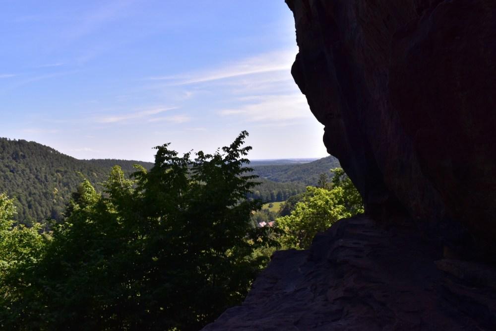 Ausblick an einem Felsen vorbei über den naheliegenden Wald