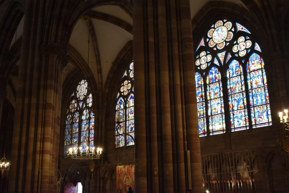 Bunte Kirchenfenster und Säulengang im Inneren der Kathedrale