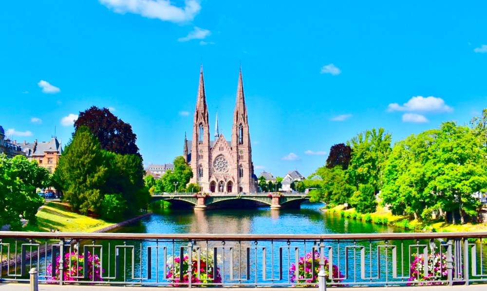 Paulskirche unter blauem Himmel