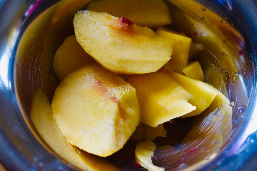 Pfirsichstücke in einer Schüssel