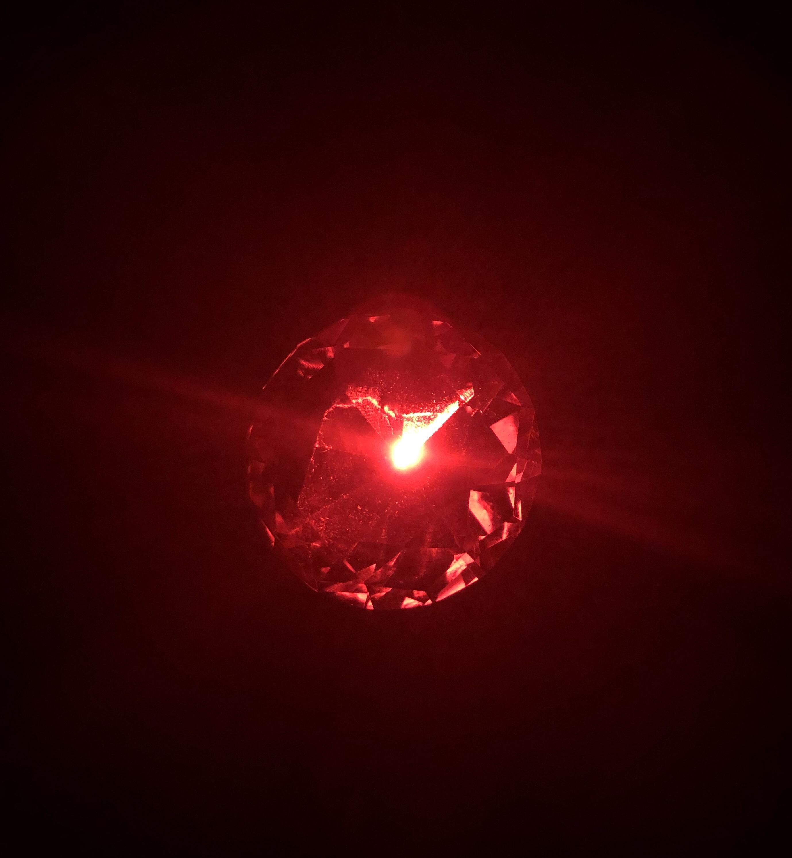 Rot strahlender Glasdiamant