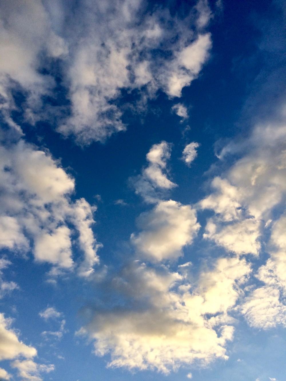 Bewölkter Himmel, bei dem man die Inseln von Großbritannien erkennen könnte
