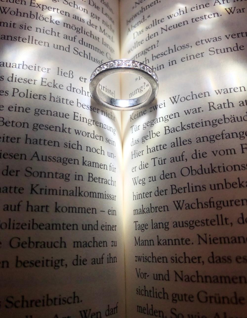 Ein Ring, dessen Schatten ein Herz auf das Buch wirft und ein bezauberndes Lichtspiel erzeugt