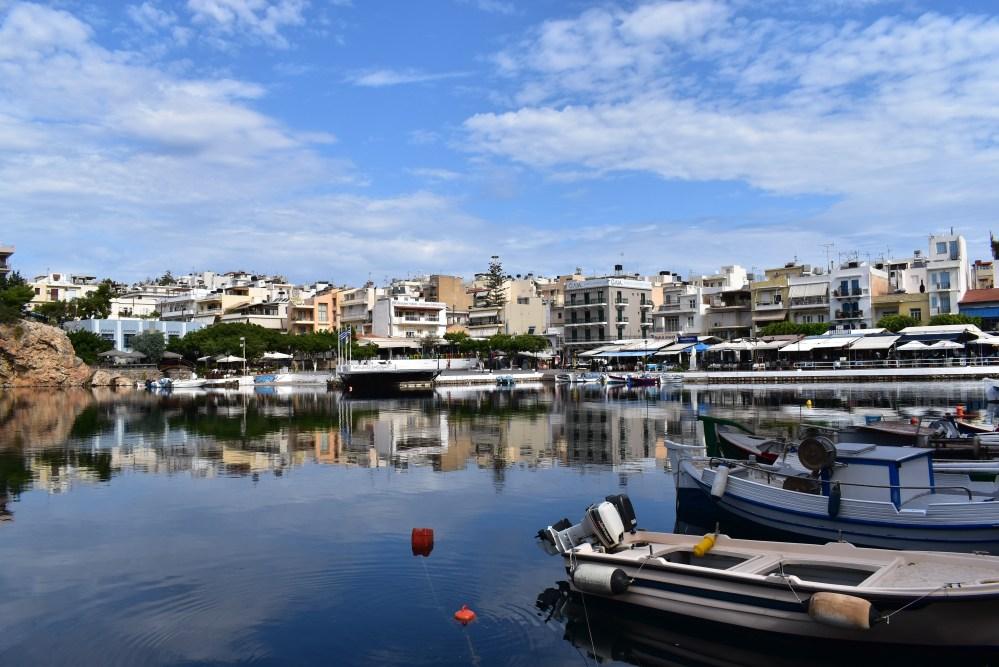 Häuser von Agios Nikolaos, die sich im See widerspiegeln