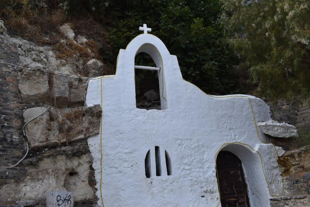 Kleine weiße Kapelle im Felsen am Ufer