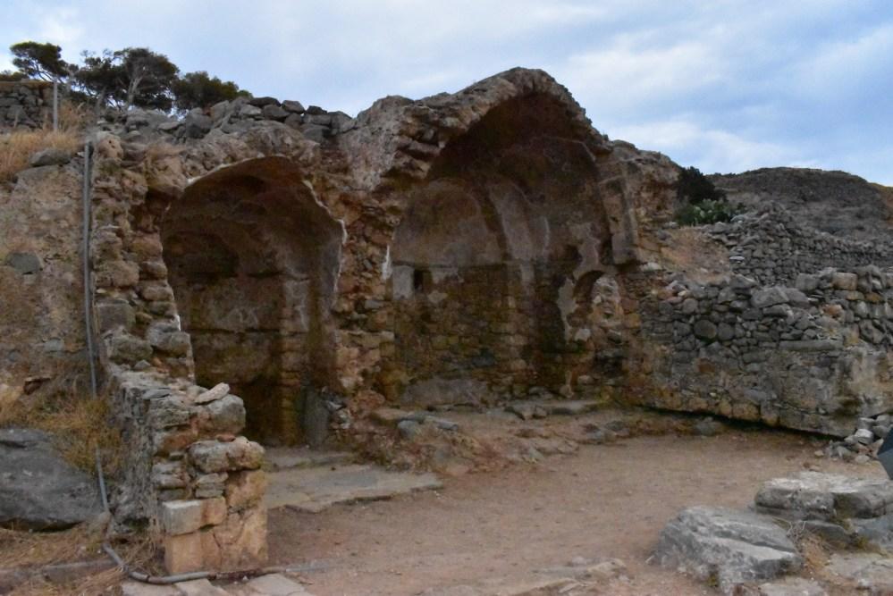 Gewölbter Innenraum (vielleicht von einer Kapelle)