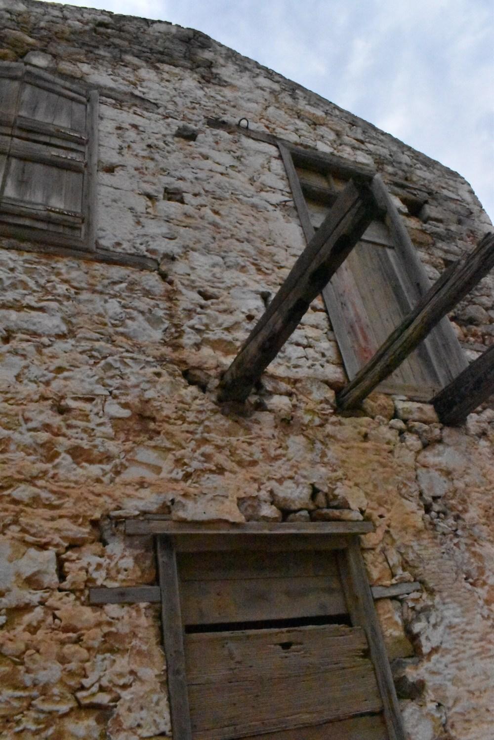 Verriegeltes altes Haus