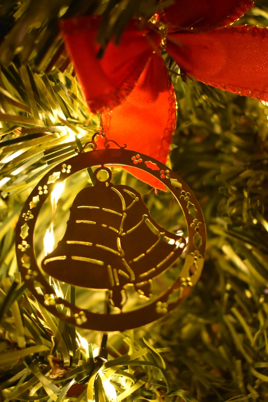 Weihnachtsdekoration vor einer Lichterkette mit Tannenzweigen