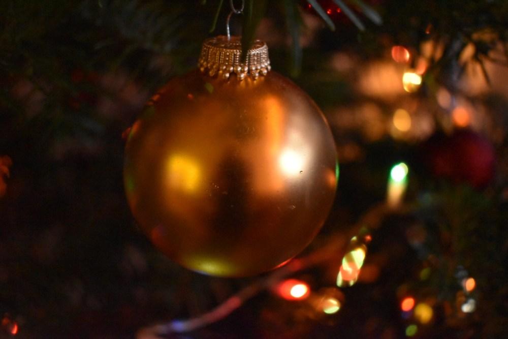 Goldene Kugel im Weihnachtsbaum