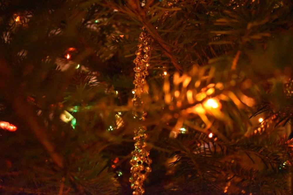 Goldene Weihnachtskette zwischen Ästen