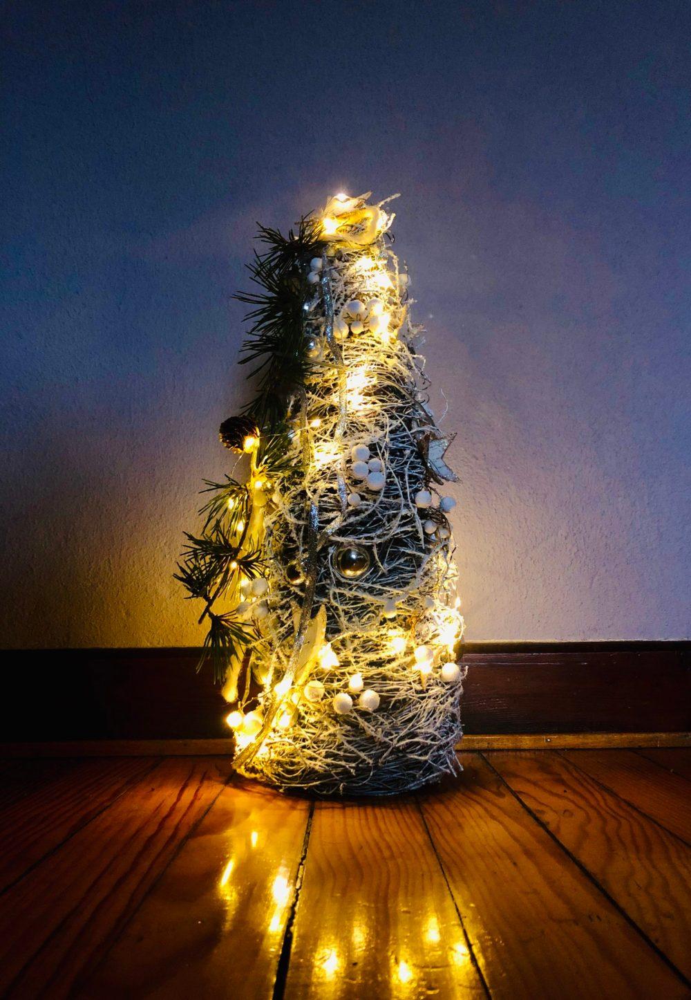 Kleiner strahlender geschmückter Tannenbaum