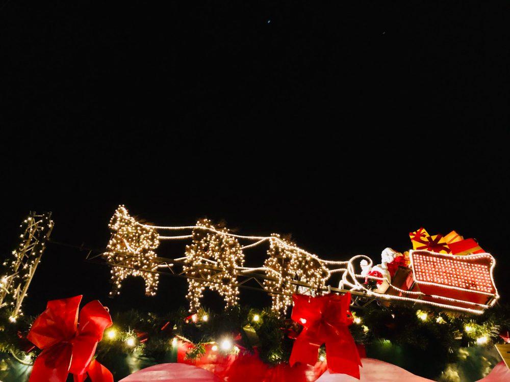 Weihnachtsmann auf seinem Schlitten mit Rentieren aus Lichterketten