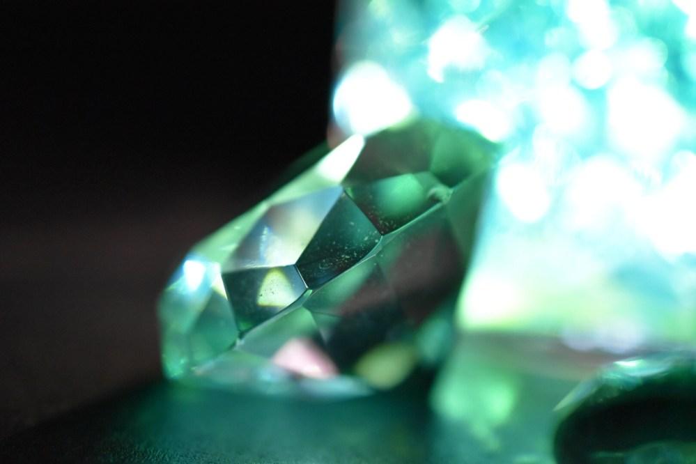 Grünlich leuchtender Glasstein