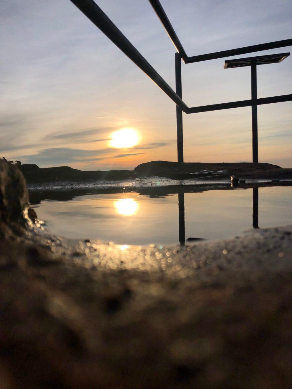 Wasser in der sich die Sonne spiegelt