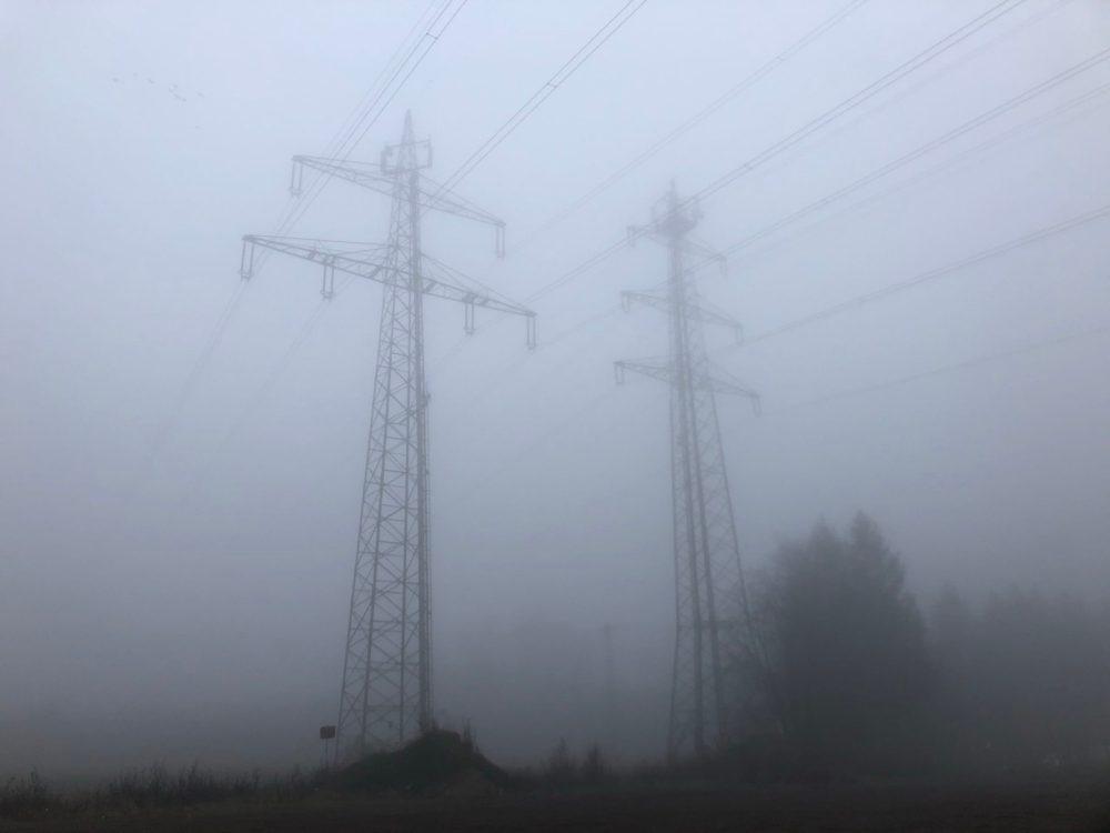 Hochspannungsmast im Nebelschleier
