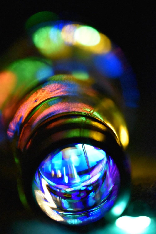 Verschwommene farbenfrohe Lichtpunkte aus der Flasche
