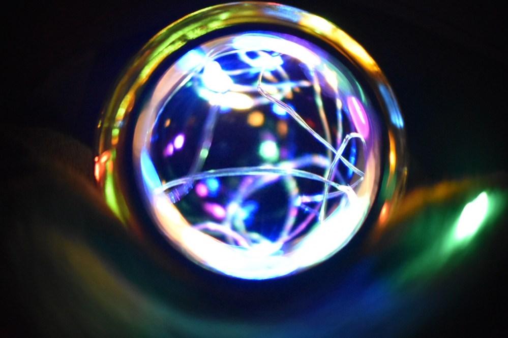 Blick in die Flasche mit Lichterkette, mit Fisheye Effekt bearbeitet