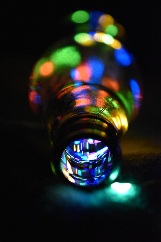 Bunte Lichteffekte in der Glasflasche