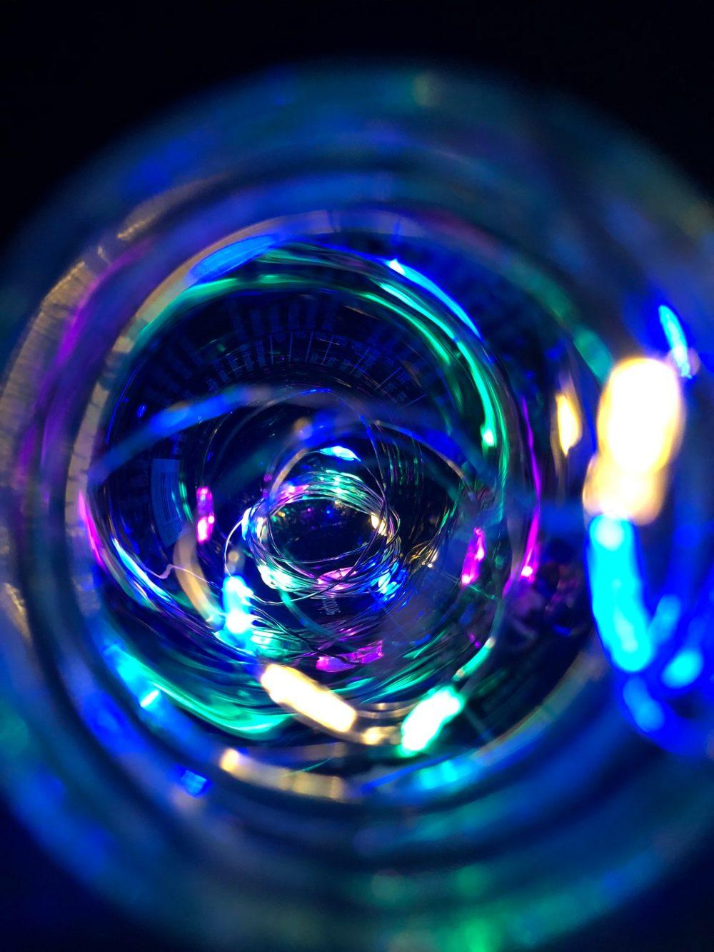 Blick in die beleuchtete Flasche im Dunkeln
