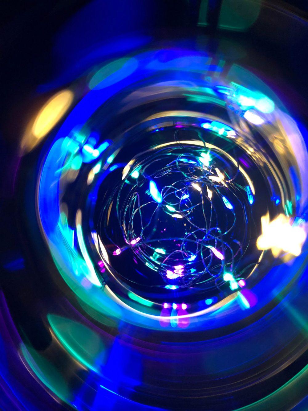 Lichterkette färbt das Glas bunt
