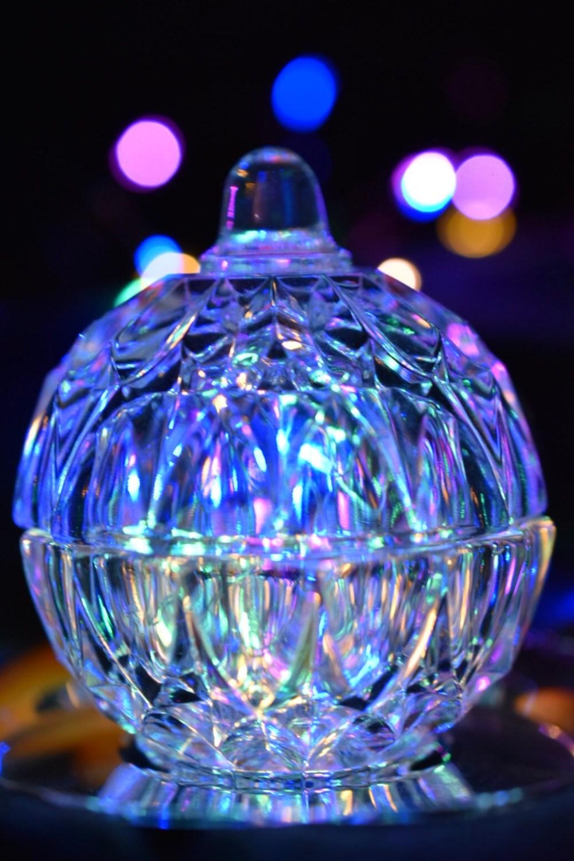 Neon blau erstrahltes Glasgefäß
