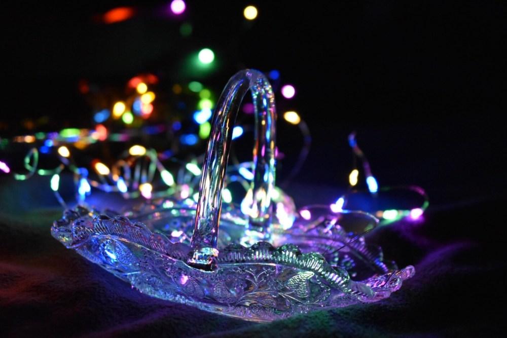 Glasschälchen mit bunter Lichterkette