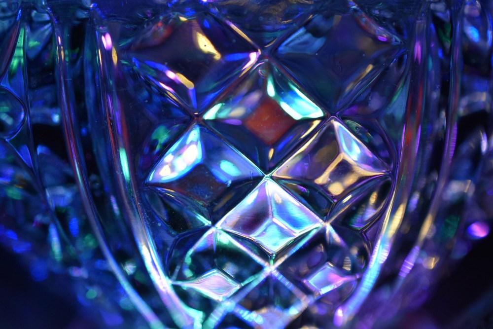 Und schimmernde Glasoberfläche im Dunkeln