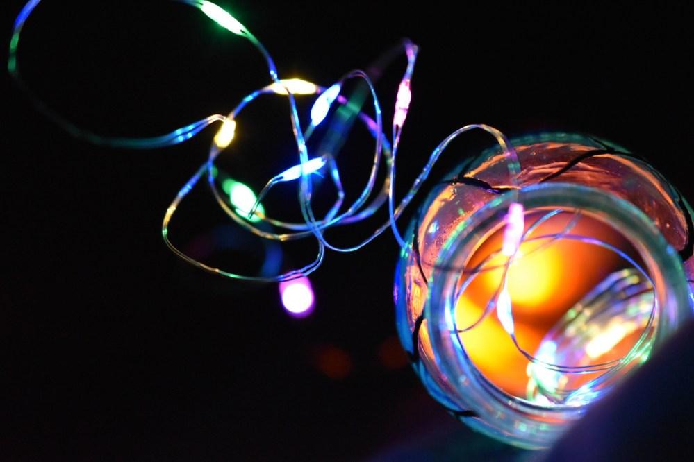 Verknotete Lichterkette aus einer kleinen Flasche