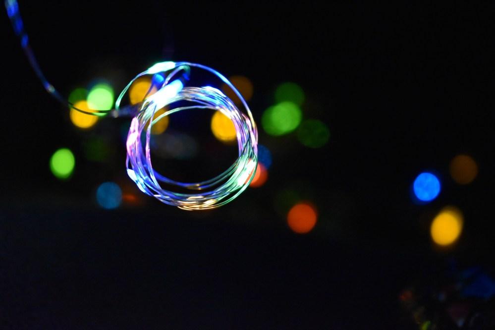 Strahlender Kreis mit Lichtpunkte im Hintergrund