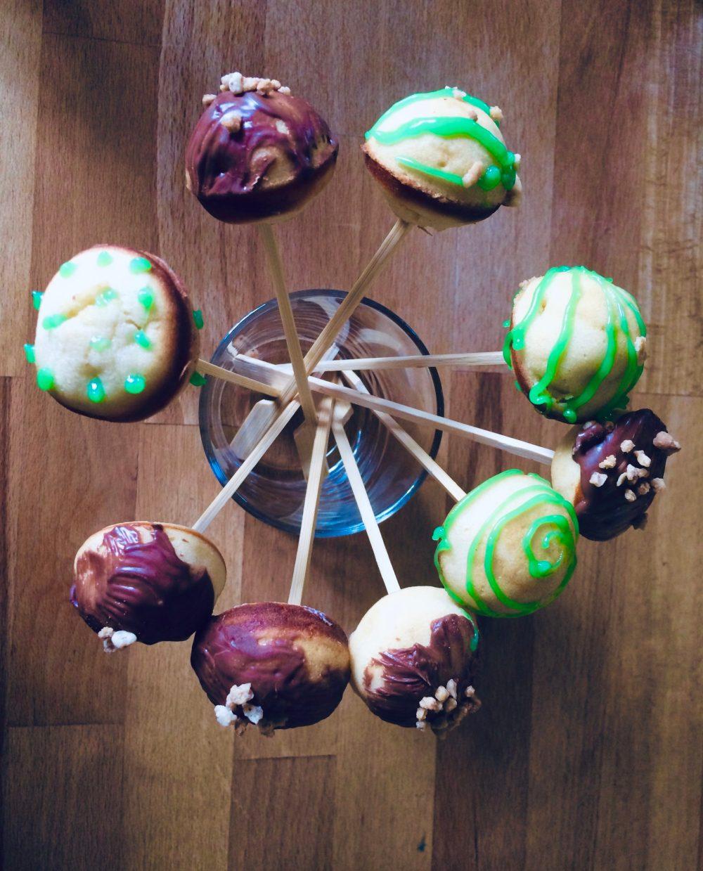 Bunte Cake Pops mit verschiedenen Glasuren