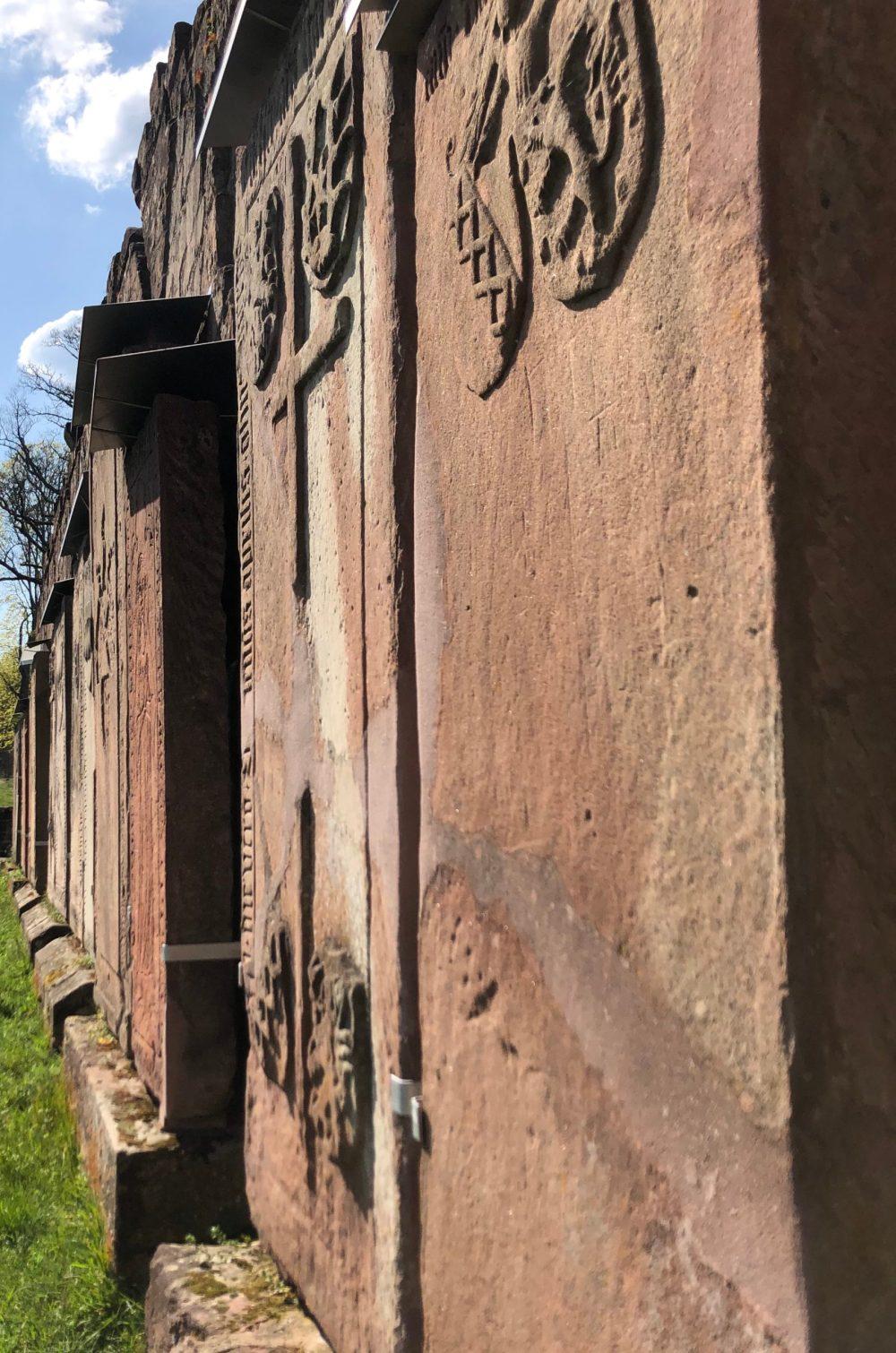 Grabplatten am Nordflügel des Kreuzganges von Äbten und Stiftern