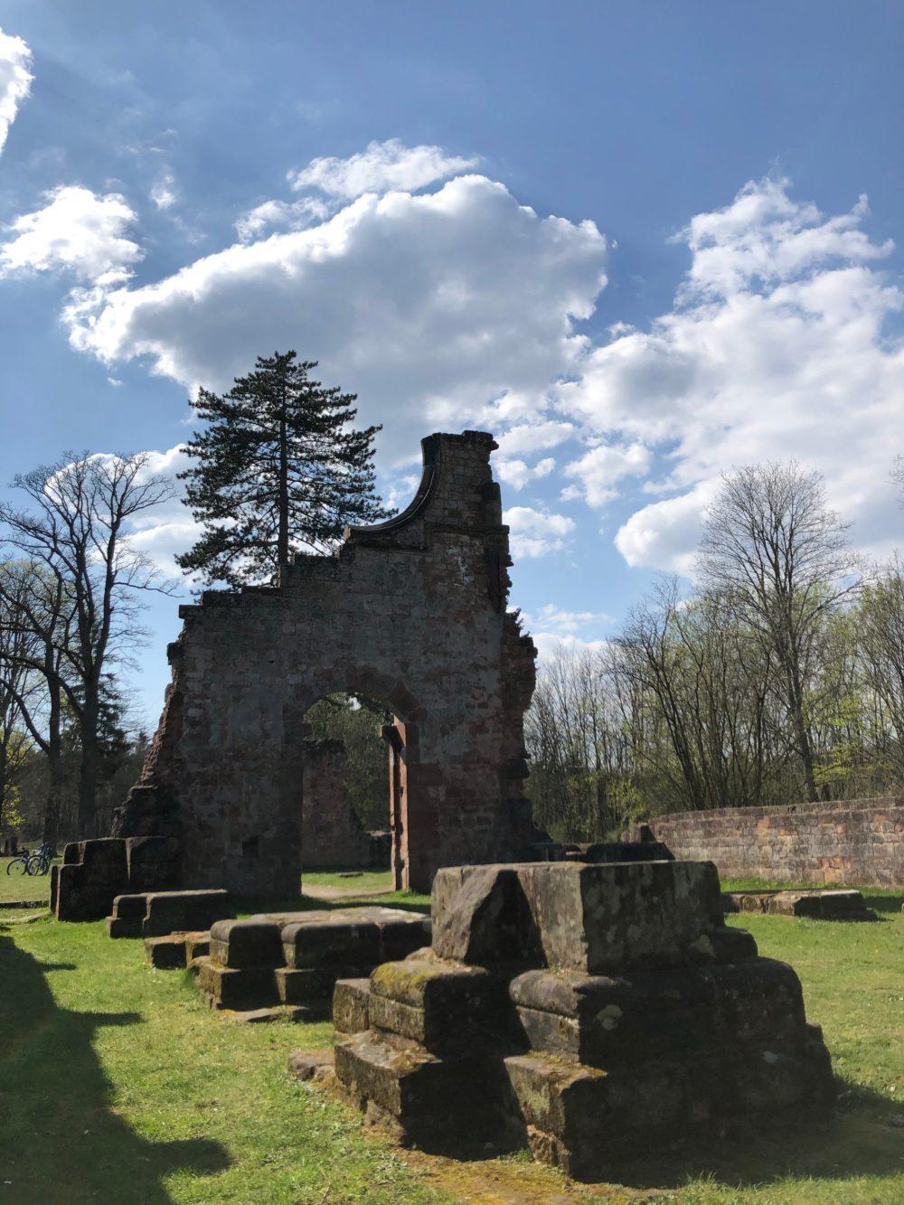 Überreste der Säulen von der Kirche des Klosters
