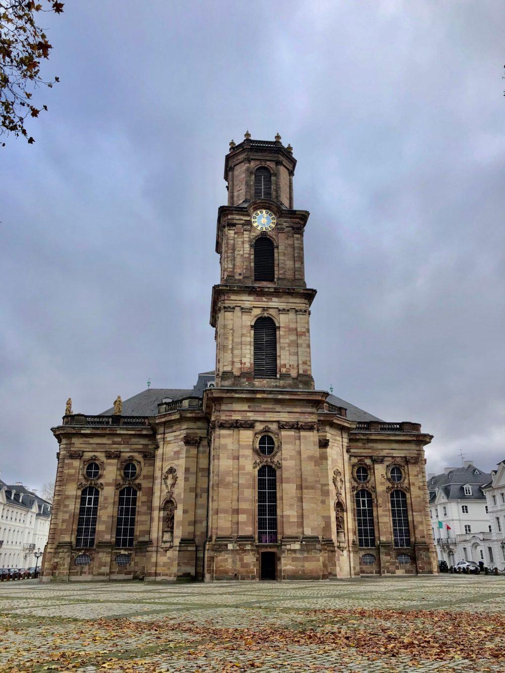 Ludwigskirche bei bewölktem Himmel am Mittag