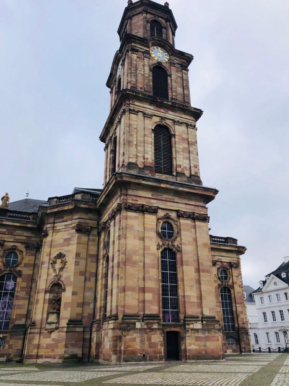Turm der Ludwigskirche mit Uhr