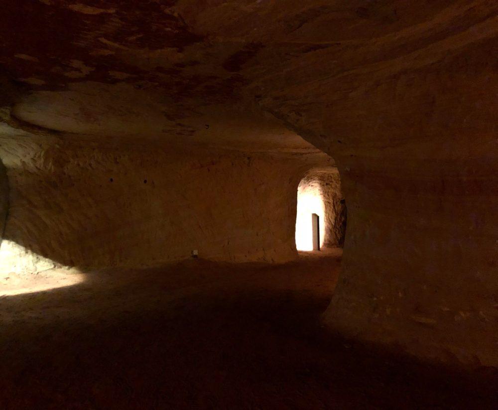 Einblick durch die Schlossberghöhlen