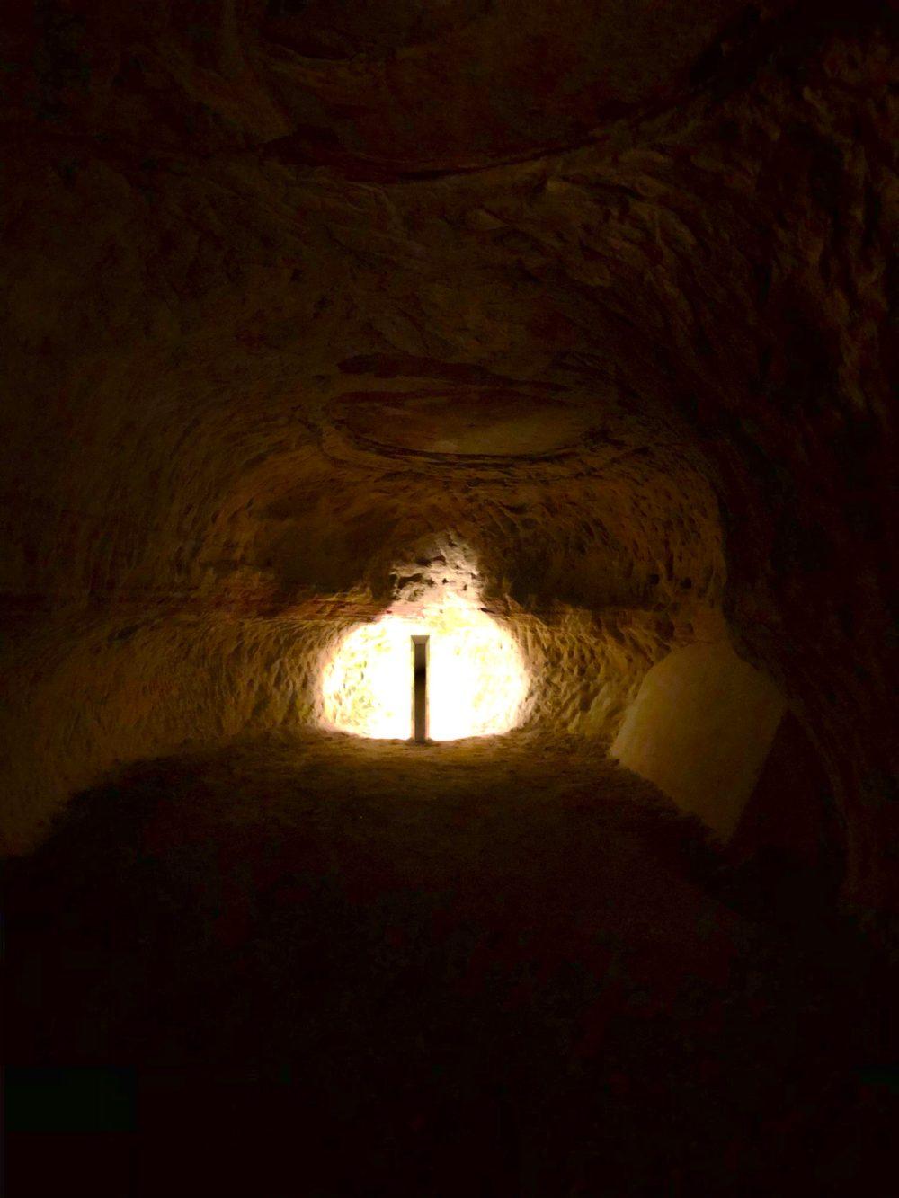 Zur Wand gedrehte Lampe, die den Felsen bestrahlt